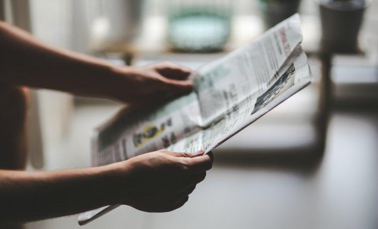 personne lisant journal